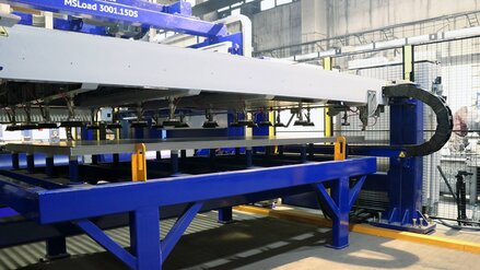Fiber laser cutting system with automated material handling