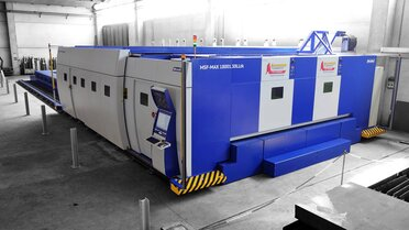 The Italian contract cutter Acciai di Qualità S.p.A. relies among other things on an MSF Max laser system from MicroStep, in which the material is not fed into the cutting cabin by means of a shuttle table, but in which a cabin of variable size travels over a table that extremely large for laser cutting, with a length of 18,000 mm and a width of 3,000 mm.